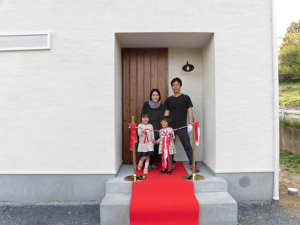 天然素材をつかうこと、家族や友人が集まって皆で過ごせる空間を重視した。